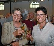 Kantonsratspräsidentin Helen Keiser (links) stösst mit der neuen Frau Landammann Maya Büchi an. (Bild: Robert Hess (Sarnen, 30. Juni 2017))