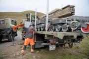 500 bis 600 Tonnen Sesselbahn-Material werden bis im Winter vom Schönbüel auf der Strasse nach Tschechien spediert. (Bild: Corinne Glanzmann)