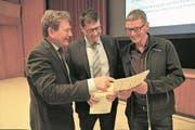 Klewenbahn-Verwaltungsratspräsident Res Schmid (von links) mit Gemeindepräsident Bruno Käslin und Korporationspräsident Martin Ambauen. (Bild: Romano Cuonz (Beckenried, 7. November 2017))