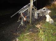 Der Zug zerquetschte das Auto, welches auf die Geleise gerollt war. (Bild Kantonspolizei Aargau)
