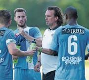 Mark Adams (Zweiter von rechts) soll im Verein bleiben. Bild: Roger Zbinden (Zug, 29. August 2015)