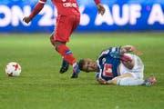 Der FCL-Innenverteidiger Lucas Alves (am Boden) verletzte sich während des Spiels gegen den FC Sion. (Bild: Keystone/Urs Flueeler)