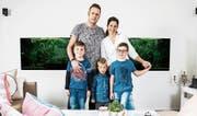 Familie Dietrich: Die Eltern Daniel und Evelyne und ihre drei Kinder Jeremy, Ian und Thierry (von links nach rechts). (Bild: Ueli Christoffel/SRF)