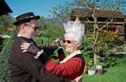 Rosi und Ernst Berchtold tanzen in ihrem Garten. (Bild: Marion Wannemacher (Giswil, 21. April 2017))