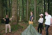 Erlebnispädagogik im Schulischen Brückenangebot. 28 Schüler übernachten in selbst gebauten Zelten im Giswiler Forst. links: Lucas Zack, Bildmitte Sandra Kentischer. (Bild Marion Wannemacher, Giswil, 24.8. 2017)