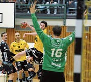 Hatte zu Beginn des Spiels Mühe, Winterthur-Keeper Matias Schulz zu überwinden: der vierfache Altdorfer Torschütze Pascal Aschwanden (am Ball). (Bild: Urs Hanhart (Altdorf, 18. Oktober 2017))