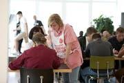 Eine Helferin steht den Spendern beim Ausfüllen des Fragebogens tatkräftig zur Seite. (Bild: Corinne Glanzmann / Neue NZ)