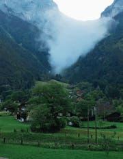 Der Felsabbruch oberhalb von Silenen wurde von einer riesigen Staubwolke begleitet. (Bild: Willy Lussmann (Silenen, 30. Mai 2017))
