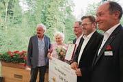 Die Checkübergabe (von rechts): Niklaus Bleiker, Rütimattli-Geschäftsführer Peter Truttmann, Theo und Inge Breisacher sowie Rütimattli-Stiftungsrat Peter Lienert. (Bild: Marion Wannemacher (Giswil, 5. Juli 2017))