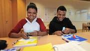 Sie bereiten sich im integrativen Brückenangebot intensiv auf ihre berufliche Zukunft vor: Betiel (15) und Yonas (19) aus Eritrea. (Bild: apimedia)