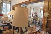 Dutzende antike Lampen und Spiegel stehen im Seehotel Rigi-Royal zum Verkauf. (Bild: Corinne Glanzmann (Immensee, 19. Mai 2017))