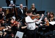 Brillierte gemeinsam mit dem Stadtorchester Zug: der Zürcher Geiger Edouard Mätzener. (Bild: Stefan Kaiser (Zug, 3. Dezember 2017))