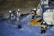 Einsatzkräfte beim verunfallten Lastwagen. (Bild: Georgios Kefalas / Keystone (Muttenz, 14. März 2018))