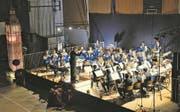 """Am Samstag, 18. November 2017 gab der Musikverein Musik unter der Leitung von Marcel Krummenacher in der Sporthalle Breitli in Buochs sein Jahreskonzert. Es stand unter dem Motto """"Very British"""", was durch den Big Ben auf der Bühne zusätzlich symbolisiert wurde. (Bild: Primus Camenzind (Buochs, 18. November 2017))"""