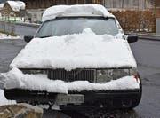 Auch der Lenker dieses Autos musste vor der Weiterfahrt zuerst sein Fahrzeug vom Schnee befreien. (Bild: Kapo NW)