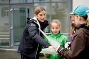 Die 23-fache OL-Weltmeisterin Simone Niggli hilft einer Teilnehmerin beim Kartenlesen. (Bild Corinne Glanzmann)