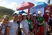 Regula Schegg (1. v. rechts) vor einem Spatenstich in Tacloban auf den Philippinen. (Bild: pd)