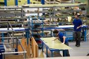 Mitarbeiter der Ruag in Emmen bei der Arbeit. (Bild: Eveline Beerkircher / Neue LZ)