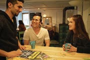 Meret Mettler spricht im Café Salisalam in Altdorf mit den Migranten Erdal Dündar und Bagher Ahmadi (von links). (Bild: Remo Infanger (17. 2. 18))