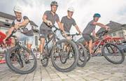 Wer zuerst absteigt, hat verloren: Vier Teilnehmer üben sich in der «Arena» mitten auf dem Stanser Dorfplatz beim Abstiegerlis in Balance. (Bild: André A. Niederberger/NZ, Stans, 8. Juli 2017)