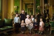 Das offizielle Foto zum 90. Geburtstag der Queen Elisabeth II. vom 20. April 2016. Prinzessin Charlotte durfte damals auf dem Schoss ihrer ur-Grossmutter Platz nehmen. (Bild: © 2016 Annie Leibovitz via AP)