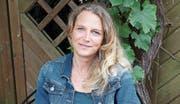 Kandidatin Beatrice Wicki (42) im Garten ihres Elternhauses in Sins. (Bild: Cornelia Bisch (15. Juli 2017))