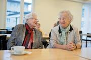 Leny Thoma (links) und Maria Flühler fühlen sich im Alters- und Pflegeheim Nägeligasse wohl. Bild: Corinne Glanzmann (Stans, 25. Oktober 2016)