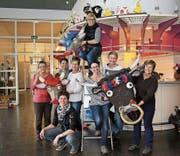 Helferinnen des KTV Altdorf dekorieren das Mehrzweckgebäude im Winkel. Bild: Salome Infanger (Altdorf, 20. Februar 2017)