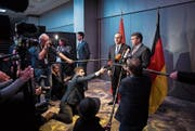Der deutsche Aussenminister Sigmar Gabriel (rechts) und sein türkischer Amtskollege Mevlüt Cavusoglu sprechen anlässlich der Münchner Sicherheitskonferenz vor den Medien. (Bild: Florian Gaertner/Getty (München, 16. Februar 2018))
