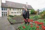 Hanspeter Kiser mit Äbtissin Pia Habermacher im Klostergarten, wo im September gebaut werden soll. (Bild: Romano Cuonz (Sarnen, 15. April 2017))