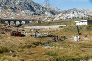 Experten untersuchen die Unfallstelle des abgestürzten Kampfjets am Gotthard. (Bild: Keystone)
