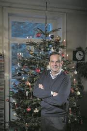 CVP-Präsident Geri Pfister vor seinem Weihnachtsbaum. (Bild: Pius Amrein (23. Dezember 2017))