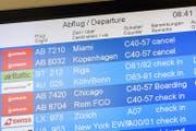 Wie hier auf einem Monitor im Flughafen tegel zu sehen, fallen auch im Flughafen Zürich Flüge der Air Berlin aus. (Bild: Paul Zinken, Keystone (Berlin, 12. September 2017))