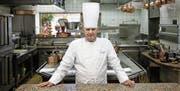 Paul Bocuse in seinem Drei-Sterne-Restaurant bei Lyon. (Bild: Laurent Cipriani/Keystone (Collonges-au-Mont-d'Or, 24. März 2011))