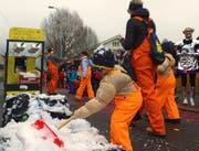 Schneeschaufeln bitte! Die neue Stoosbahn kann auf die Unterstützung der Fasnächtler setzen. (Bild: Geri Holdener, Bote der Urschweiz)