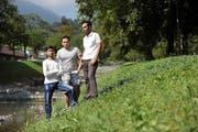 Hamza Gheni, Faisal Hameed und Ali Naveed (von links) sind drei der Asylbewerber, die seit Dienstag in Alpnach wohnen. (Bild: Corinne Glanzmann / Neue OZ)