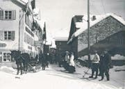 Nebst Skifahrern wurde das Strassenbild in Andermatt durch Pferde mit Schlitten geprägt. Auf der linken Seite das Klublokal des Ski-Klubs Gotthard. (Bild: Privatarchiv Karl Iten, Staatsarchiv Uri)