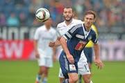 Eine Szene aus dem letzten Spiel gegen Zürich: François Affolter (vorne) kann den Ball gegen Yassine Chikhaoui behaupten. (Bild: EQ/Maria Schmid)