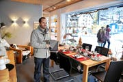 Ruedy Langenstein in der Ausstellung in seinem Geschäft in Engelberg. (Bild Corinne Glanzmann)