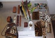 Unter anderem befanden sich Fellstücke von Leopard, Gepard und Ozelot, Papageienfedern ... (Bild: pd)