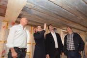 Archäologin Anette Bieri zeigt Tino Gisler, Architekt Ivan Marty und Valo Gisler (von links) die mittelalterlichen Holzdecken im Lehnhof. (Bild Anian Heierli)