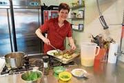 Wirtin und Köchin Rita Christen an der Arbeit in der Küche der «Mühle» in Sarnen. (Bild: Romano Cuonz (Sarnen, 23. März 2018))