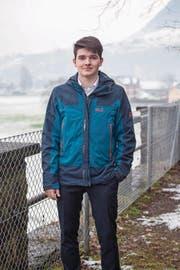 Benjamin Ott aus Dallenwil holte Schnee für seine Analysen ins Kollegi-Labor. (Bild: Edi Ettlin (Stans, 22. Dezember 2017))