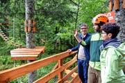 Aaron Britschgi (Mitte) führt Nationalrat Karl Vogler und Regierungsrätin Maya Büchi durch den Seilpark. (Bild Romano Cuonz)