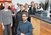 An der Ausstellung «Schwarz-Weiss» sind präsent (von links): Claudia Dillier, Johanna Halter, Yvonne Wallimann, Erika Bührer-von Rotz, Hans Gisler, Trix Fischer und vorne Emanuel Wallimann. Bild: Romano Cuonz