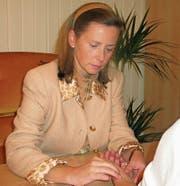 Sophie Beall bei einer Pulsdiagnose im Maharishi-Ayurveda-Gesundheitszentrum in Seelisberg. (Bild: Otto Odermatt (Seelisberg, Juli 2017))