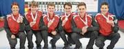 Die Zuger Junioren holten im schottischen Aberdeen die Bronzemedaille für die Schweiz. Von links: Annick Lusser (Trainerin), Philipp Hösli, Reto Schönenberger, Skip Jan Hess, Simon Gloor und Simon Höhn. (Bild: PD)