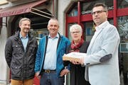 Markus Zbinden, Walter Odermatt und Pascal Engelberger (von links) übergeben die Unterschriften zur Planungs-Initiative an Gemeindeschreiberin Esther Bachmann. (Bild: Matthias Piazza (Stans, 2. November 2017))