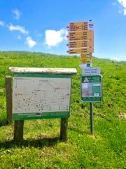 Eine Informationstafel (rechts) zum Umgang mit Herdenschutzhunden bei der Bergstation der Niederbauen-Bahn. (Bild: PD)