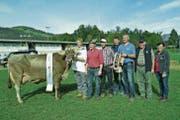Die Kuh Anuschka von Sepp Lussi (Zweiter von rechts) wurde als Tagessiegerin beim Braunvieh ausgezeichnet. (Bild: Paul Küchler (Oberdorf, 7. Oktober 2017))